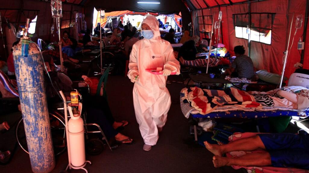Patiënten in een noodtent voor het ziekenhuis van Bekasi nabij Jakarta.