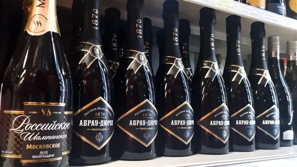 Flessen Russische 'champagne' in een schap in Moskou.