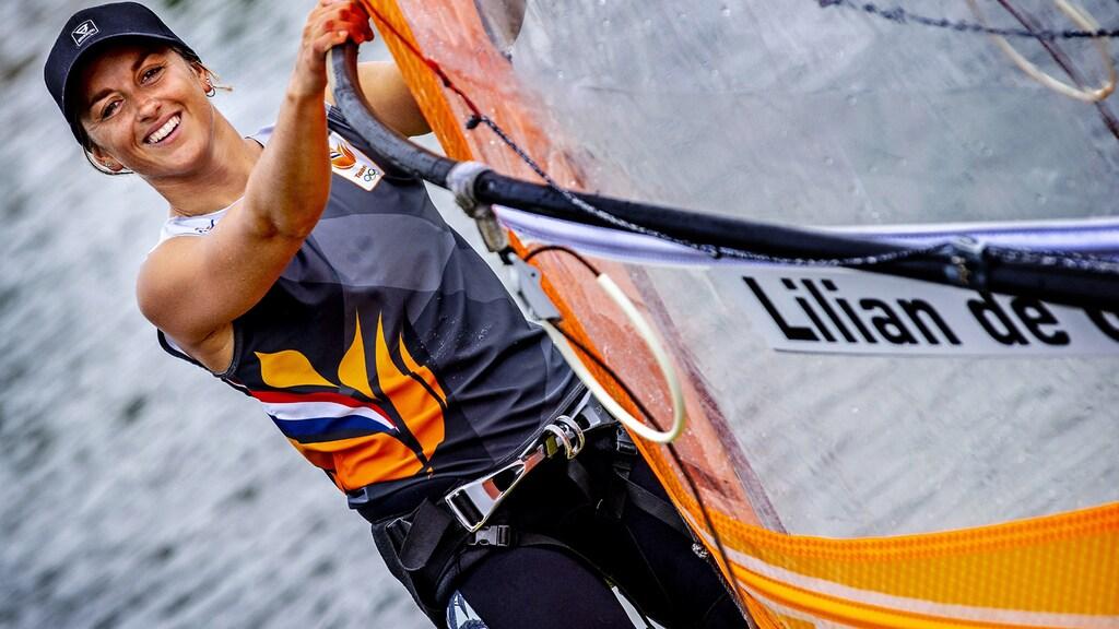 Lilian de Geus en haar windsurfboard.
