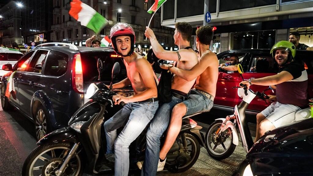 Uitgelaten fans in Milaan na het behalen van de EK-finale.
