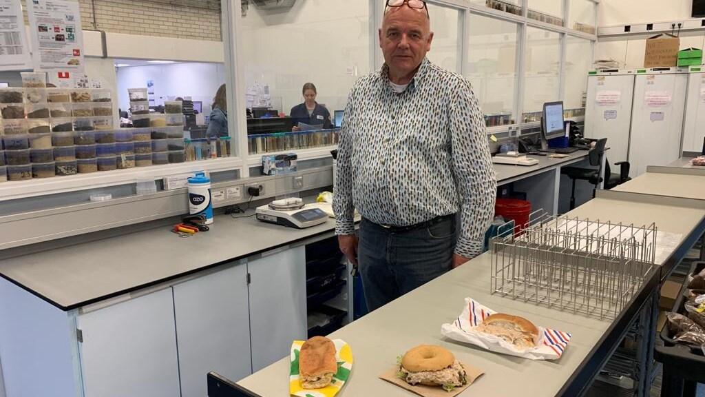 Harm Janssen van TLR met de onderzochte broodjes