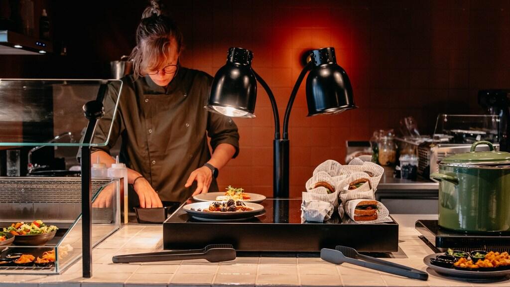 De kok aan het werk in het restaurant.