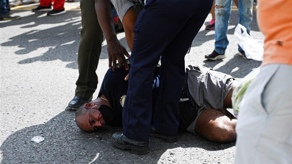 Meerdere demonstranten zijn al gearresteerd door het regime.