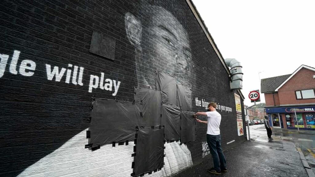 Bekladding op muurschildering in Manchester van speler Rashford bedekt.