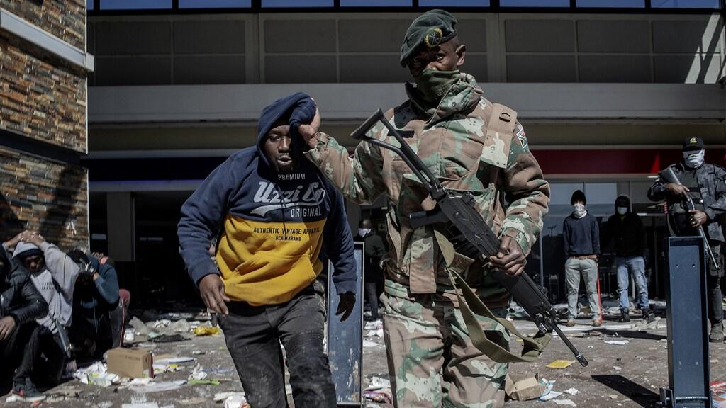 Militairen pakken één voor één plunderaars op