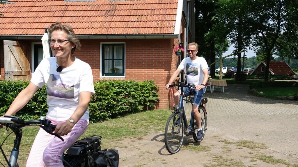 Herman en Mariël fietsend over hun camping