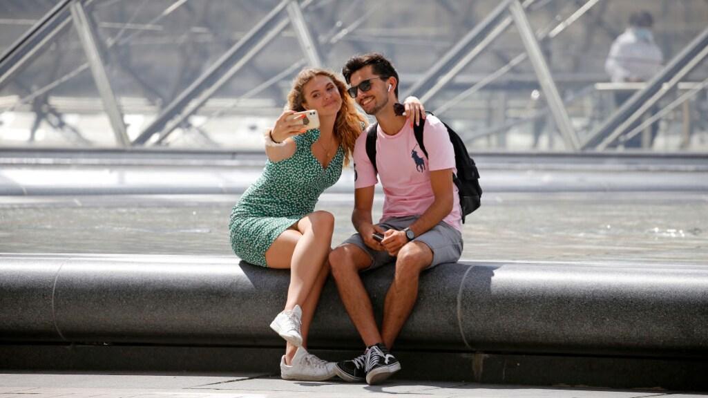 Toeristen bij het Louvre in Parijs.