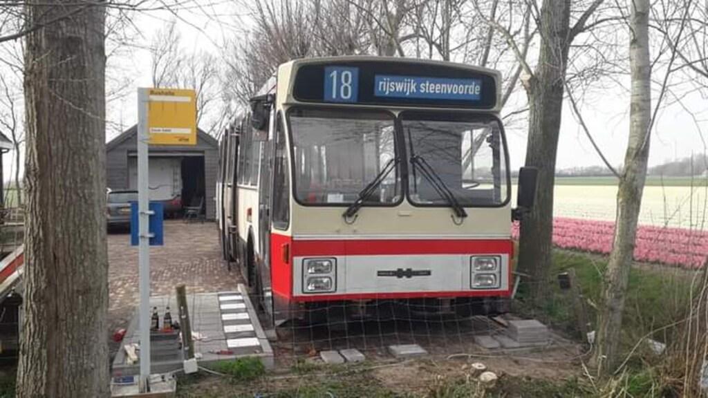 Naast de bushalte en de bus, moet een bushokje het geheel compleet maken