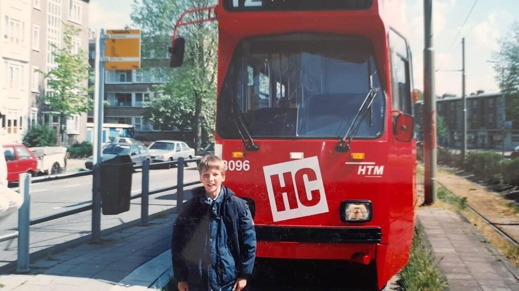 Joël bij een HTM-tram in Den Haag toen hij bij zijn oma logeerde
