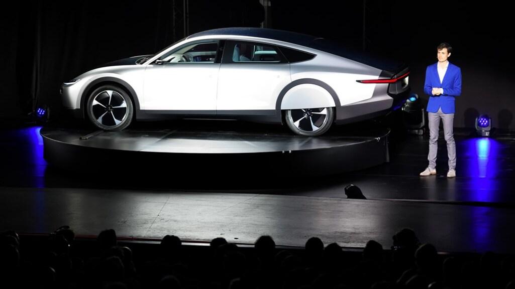 Lex Hoefsloot naast het prototype van de Lightyear One, tijdens de presentatie in 2019.