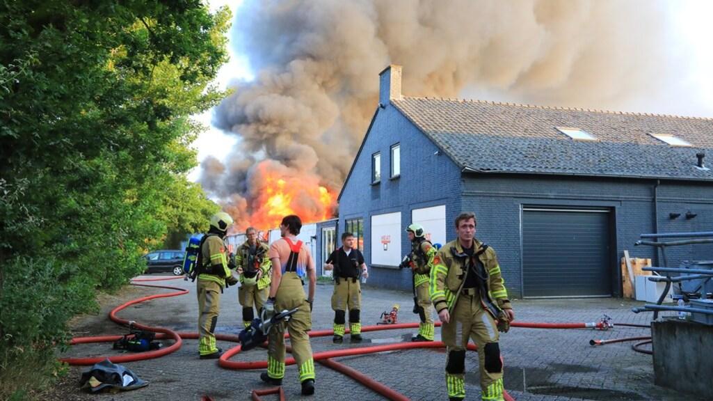 De brandweer is sinds gisteravond met man en macht aan het blussen.