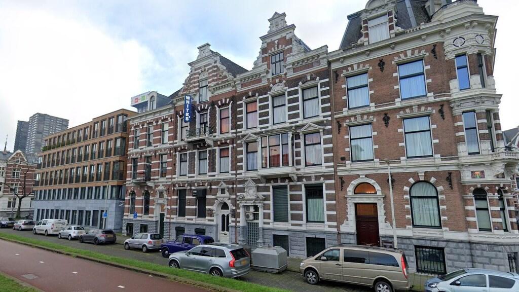 Club Whites ligt in het Scheepvaartkwartier in Rotterdam. De wijk is tijdens het bombardement in 1940 grotendeels gespaard gebleven.