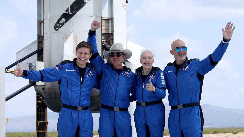 Zoon Olivier met Mark en Jeff Bezos en Wally Funk.