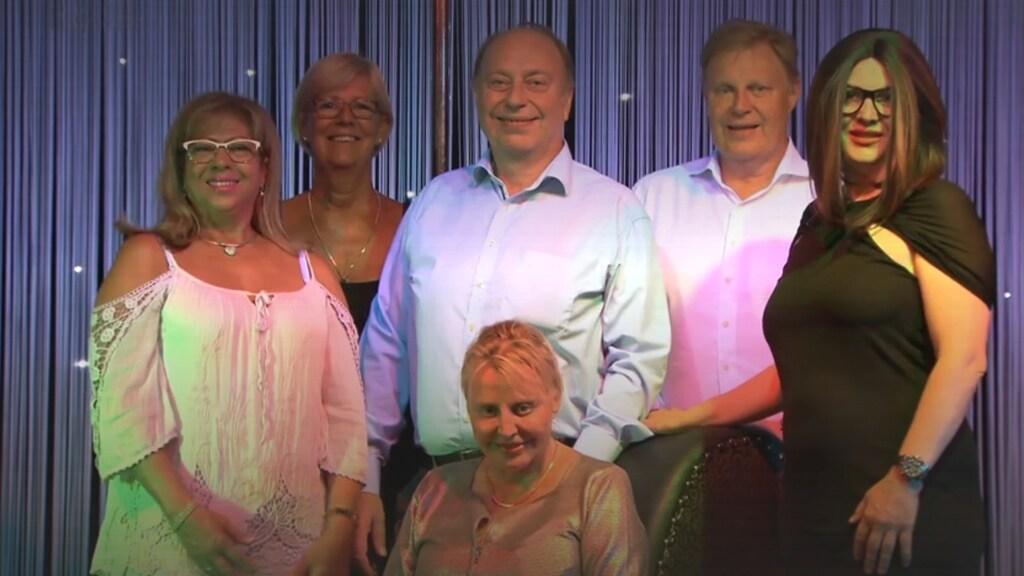 Vlnr: receptionistes Ondina en Diana. Broers Jean-Pierre en Paul. Gina, de vrouw van Paul en op de stoel Christine.
