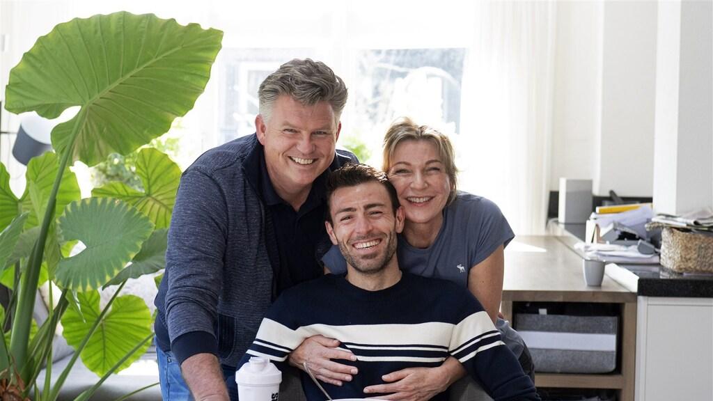 Mohamad en zijn Nederlandse gastouders, Vincent Meurs en Jolanda Gooijer.