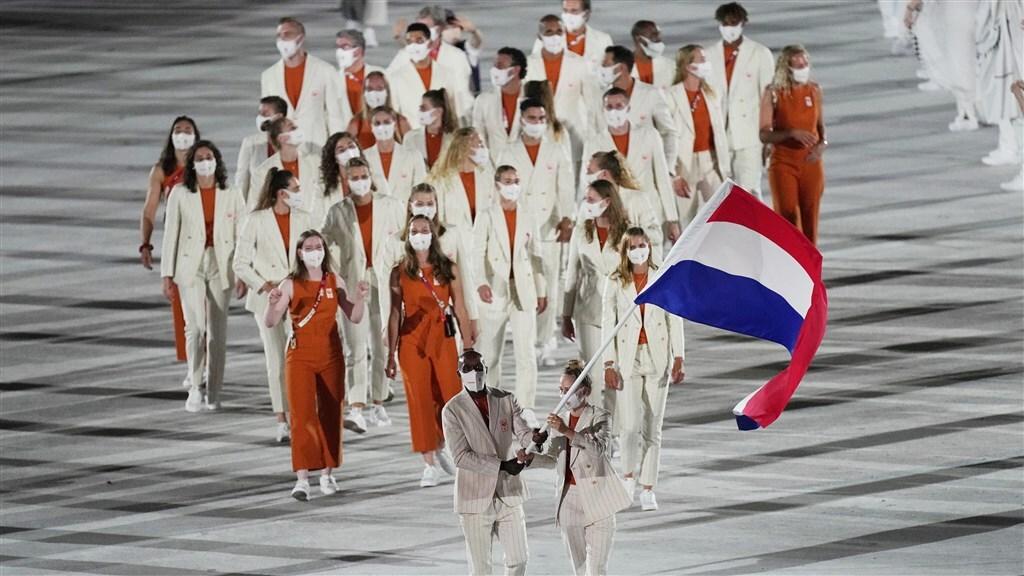 De Nederlandse ploeg komt het stadion binnen.