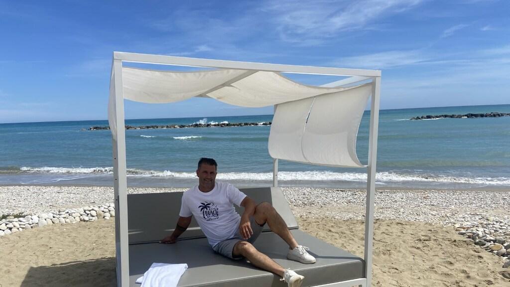 Alwin Boerkamp aan het strand.