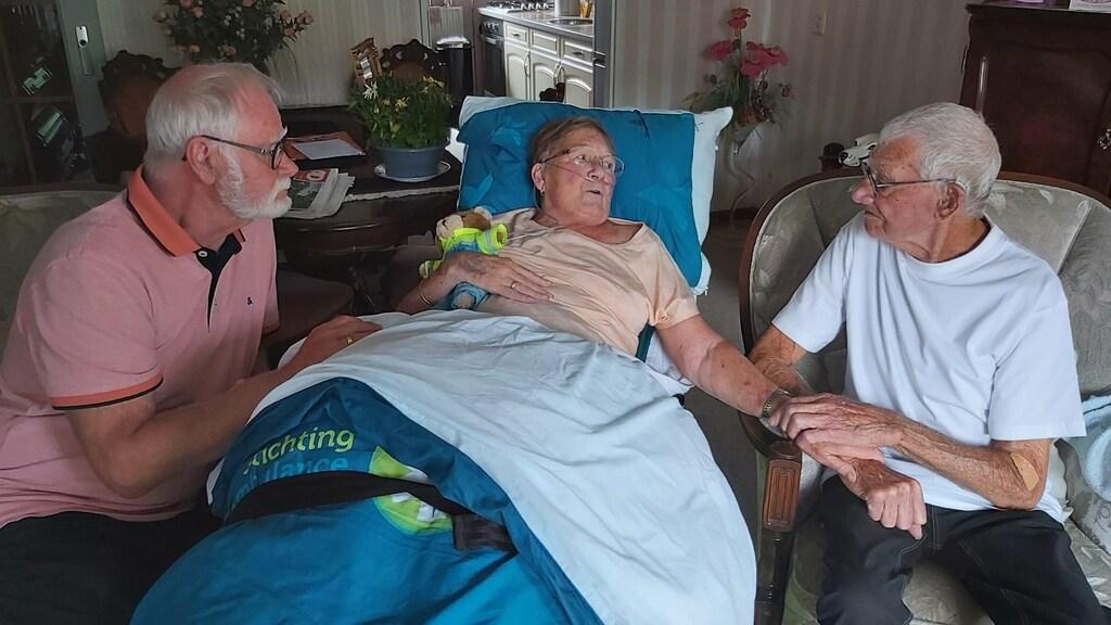 Voor de laatste keer wordt Daniëlles moeder naar haar 95-jarige vader gebracht