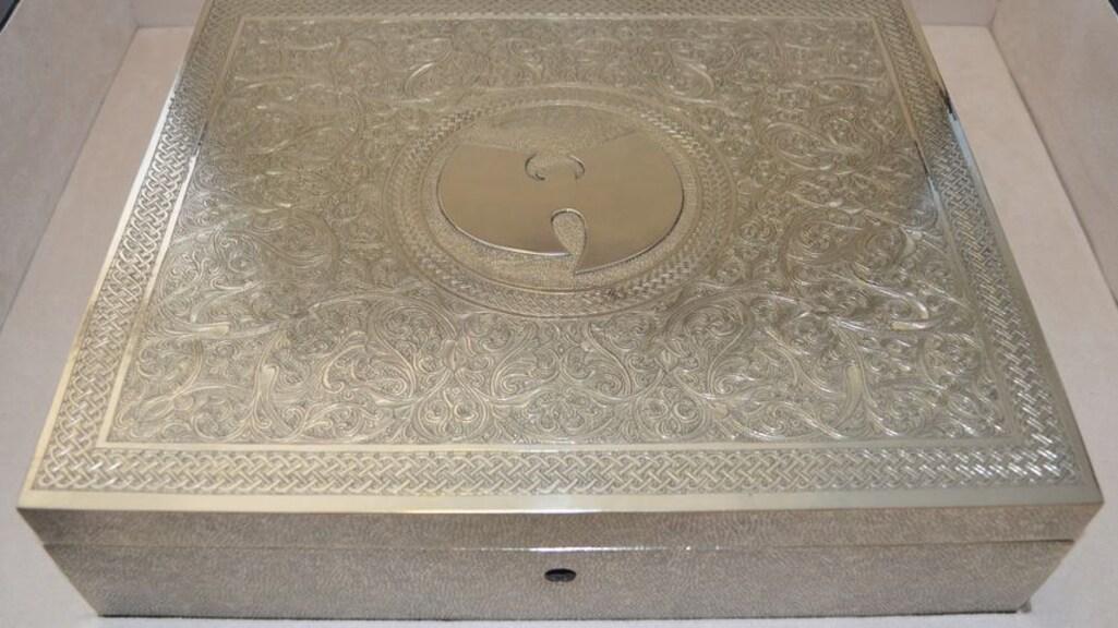 De doos waarin het album naar verluidt zit.