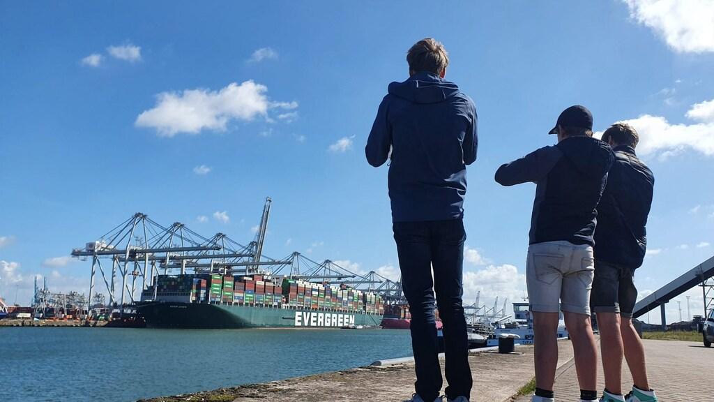 Jong en oud: er waren in Rotterdam scheepsspotters van alle leeftijden te vinden