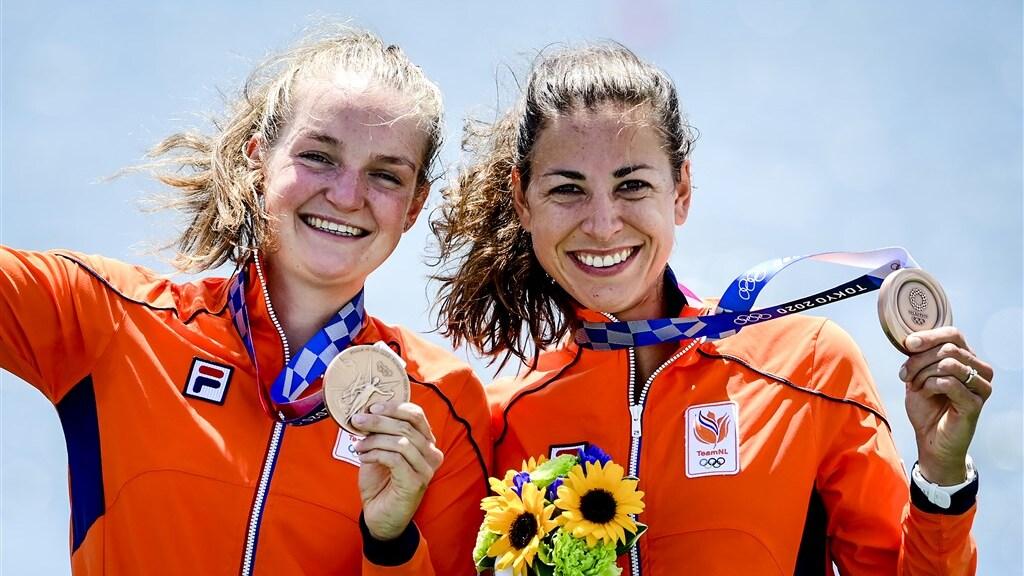 Roeisters Marieke Keijser (links) en Ilse Paulis met hun bronzen medailles.