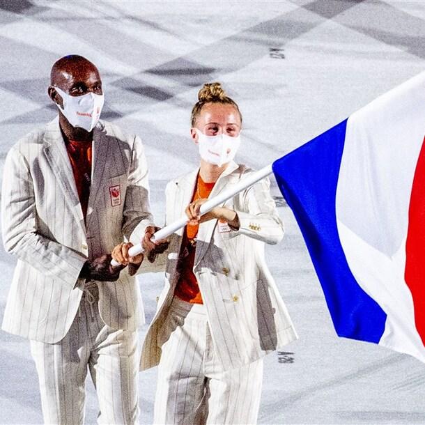 Keet Oldenbeuving en Churandy Martina met de Nederlandse vlag.