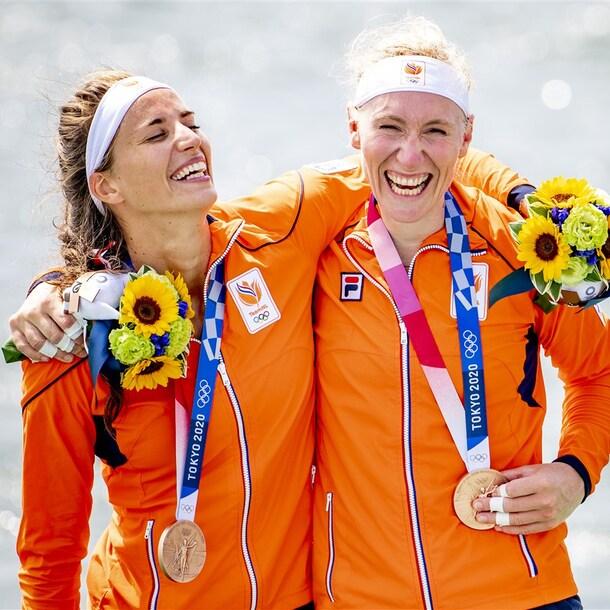 Roos de Jong (links) en Lisa Scheenaard met hun bronzen medaille.