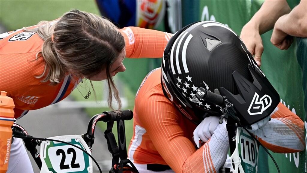 Merel Smulders troost haar huilende zus Laura