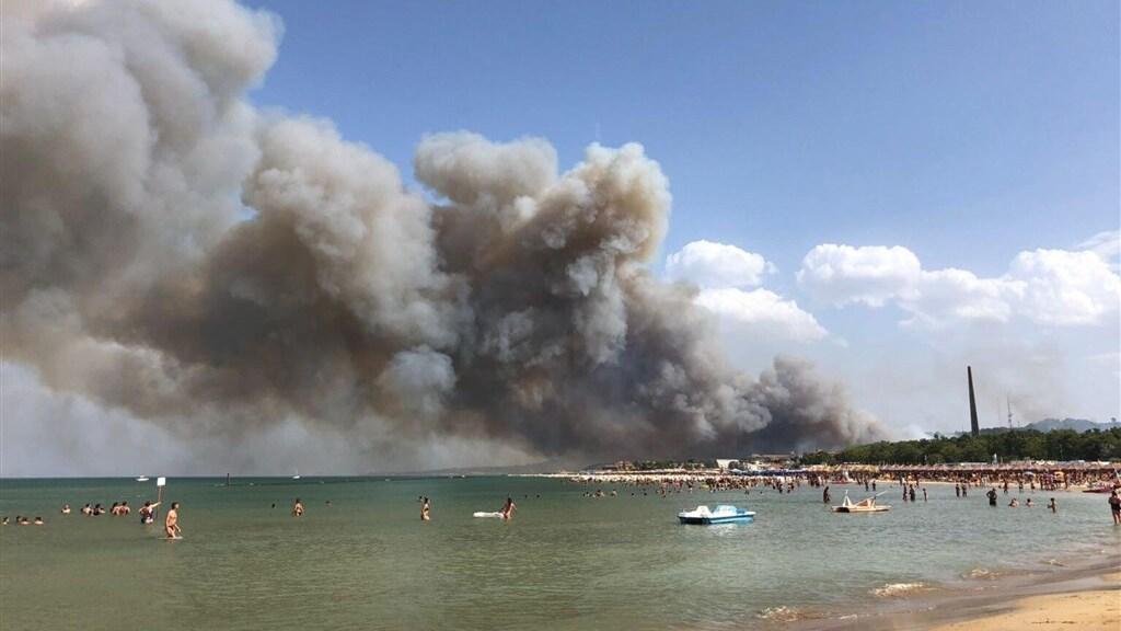 Het vuur bij de Italiaanse stad Pescara.
