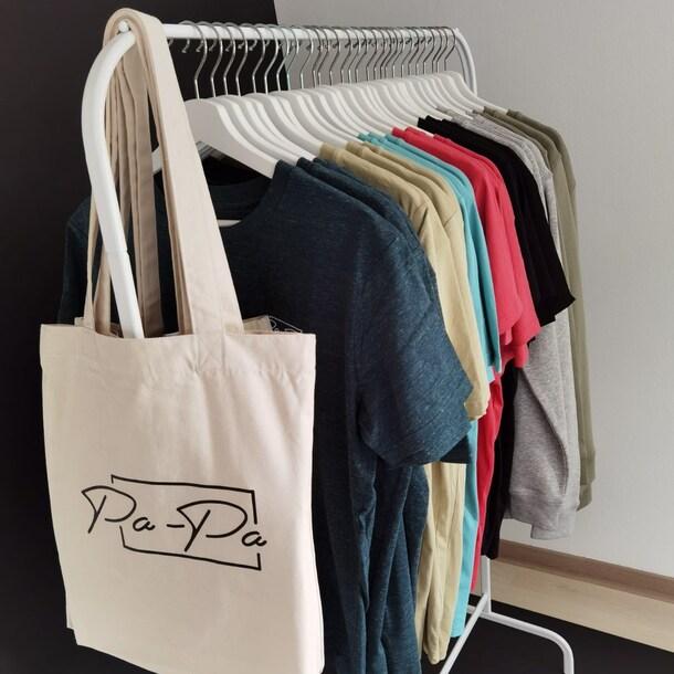 Ze verkopen T-shirts, hoodies en tassen