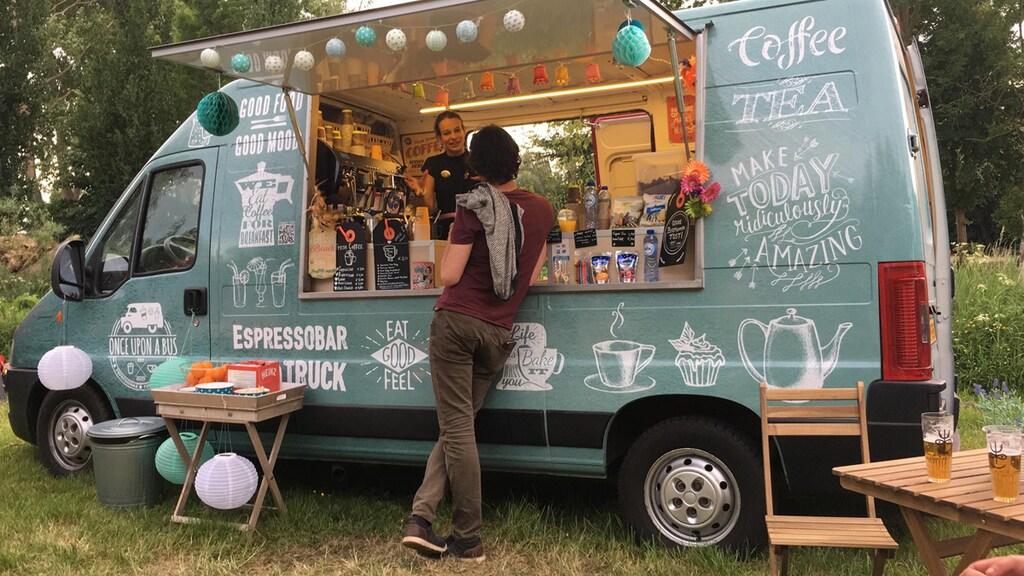 Once Upon a Bus voorziet festivalgangers van koffie en zelfgebakken appeltaart.
