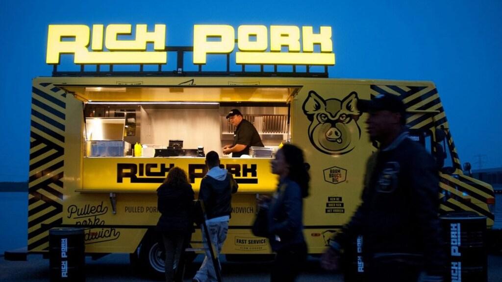 Met zijn Rich Pork-truck brengt Matulessy krokant gebakken buikspek aan de man.