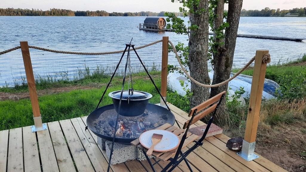 Koken met driepoot en vuurschaal.