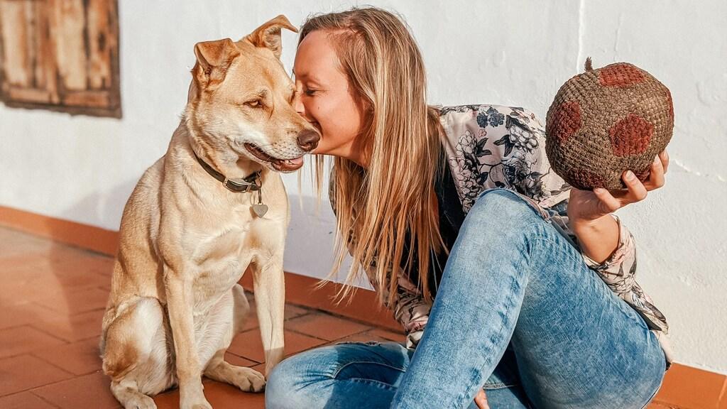Anne en haar hondje Lara.