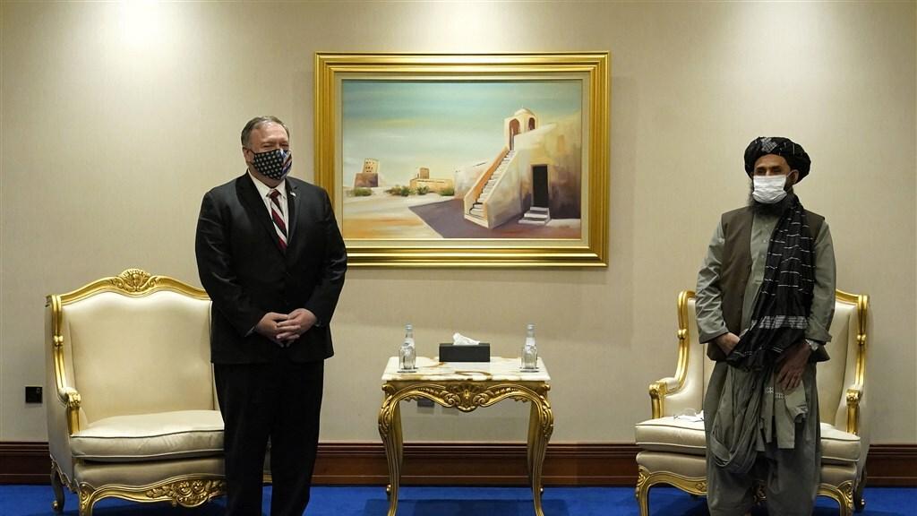 De Amerikaanse oud-minister van Buitenlandse Zaken Mike Pompeo met Baradar in november 2020.