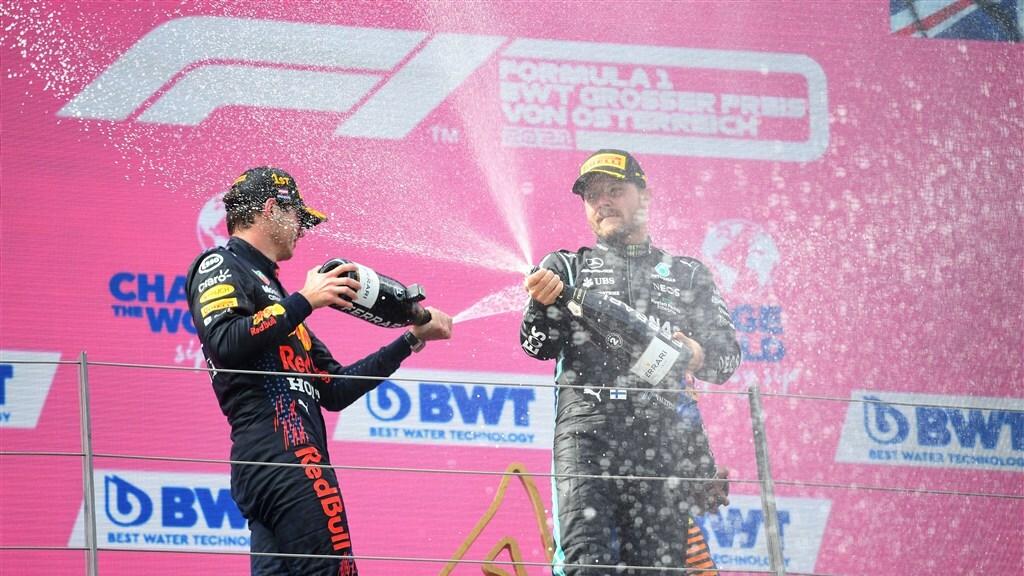 Max Verstappen en Valtteri Bottas nemen elkaar onder vuur met wijn na de Grand Prix van Oostenrijk.