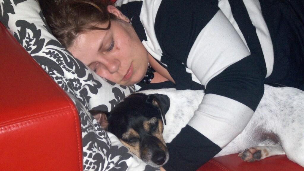 Teddy en Wieke doen samen een dutje.