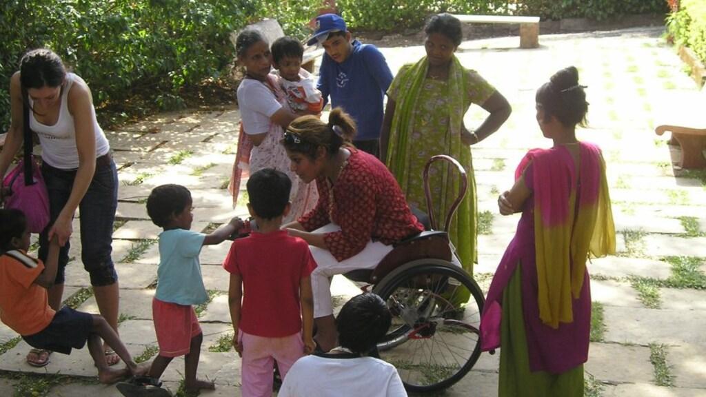 Leena en vriendin Janick (links) bij het kindertehuis Bal Anand.