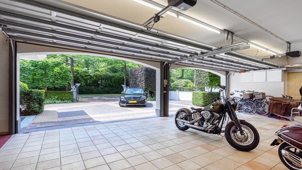 De garage is groot genoeg voor een paar auto's en nog wat spulletjes.