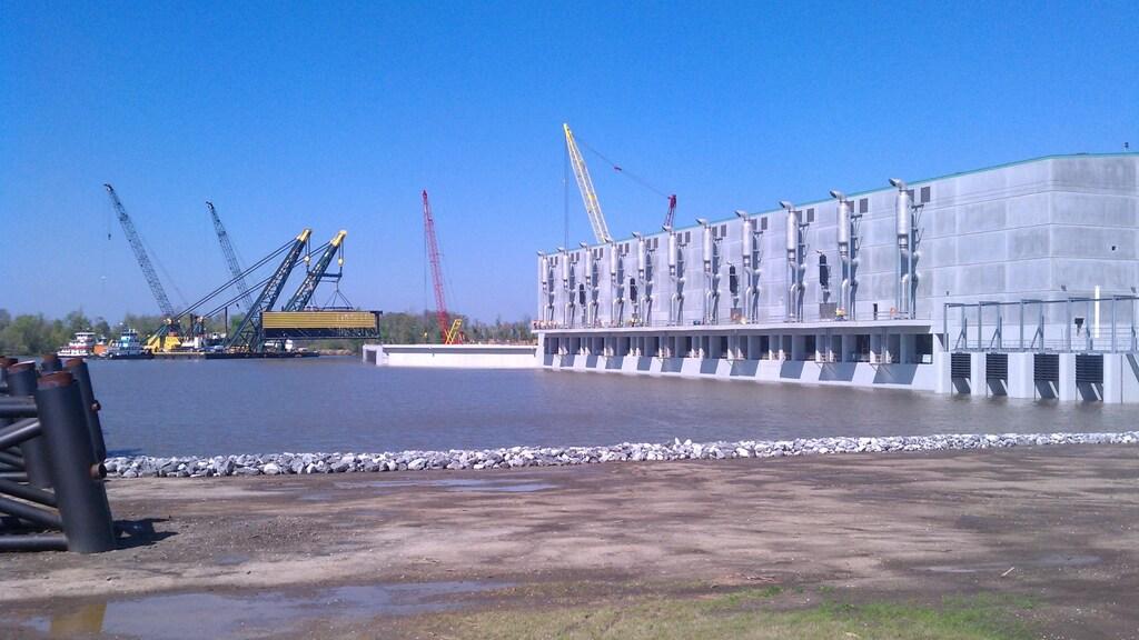 Om de stad New Orleans zijn drie stormvloedkeringen gebouwd om het water tegen te houden
