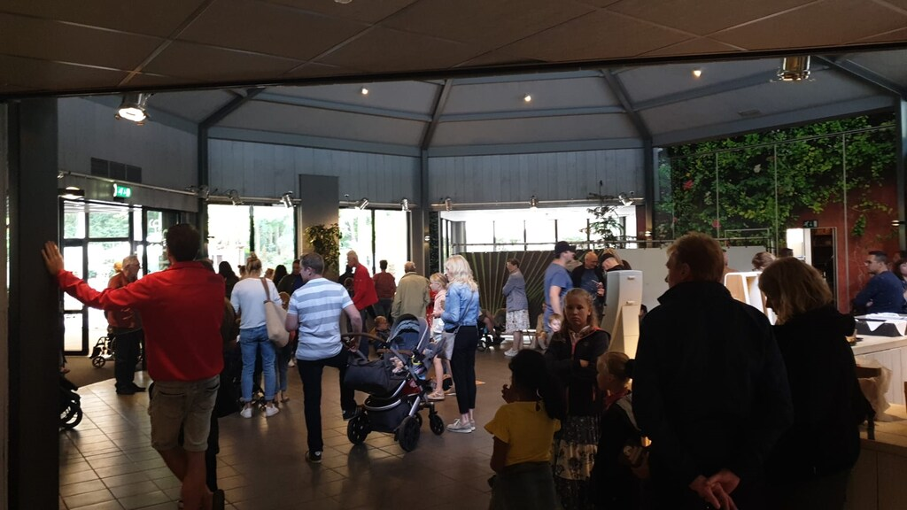 Mensen in het restaurant van Dierenpark Amersfoort.