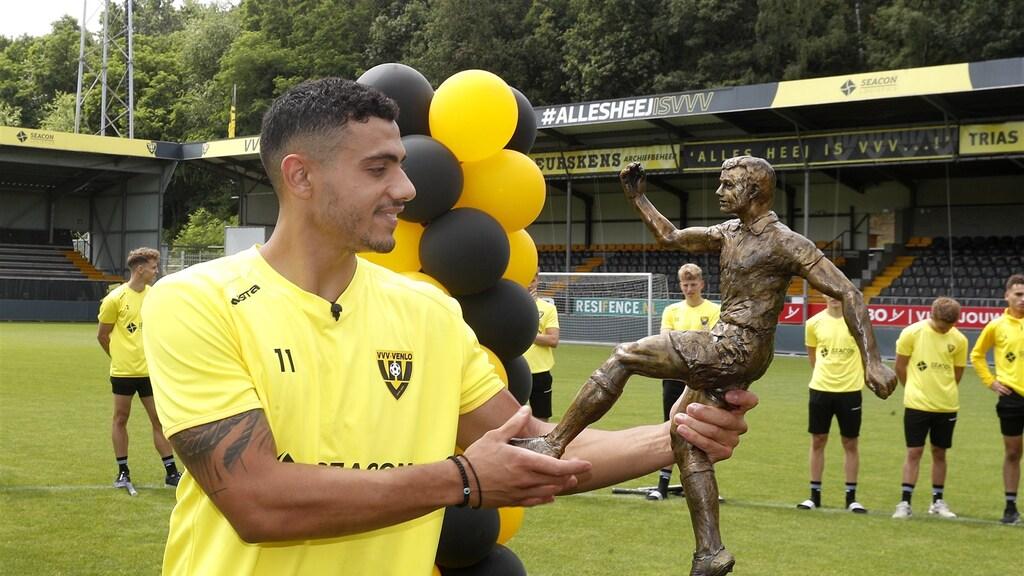 Eredivisie-topscorer Georgios Giakoumakis in juli met de Willy van der Kuijlen-trofee.