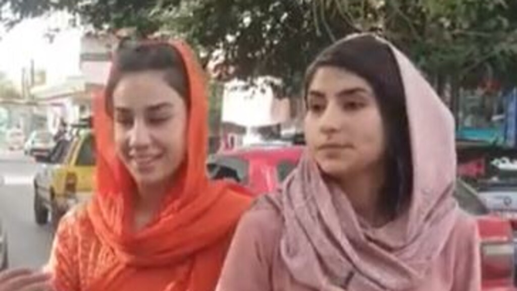 Najma Sadeqi (rechts) en haar collega-Youtuber