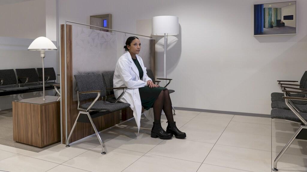 """Awa: """"Voor mijn promotieonderzoek werk ik in het laboratorium van het Antoni van Leeuwenhoek Ziekenhuis. Ineens zat ik daar zelf in de wachtkamer. Tussen uitgestippelde toekomst en niets meer zeker weten liggen maar een paar voetstappen."""""""