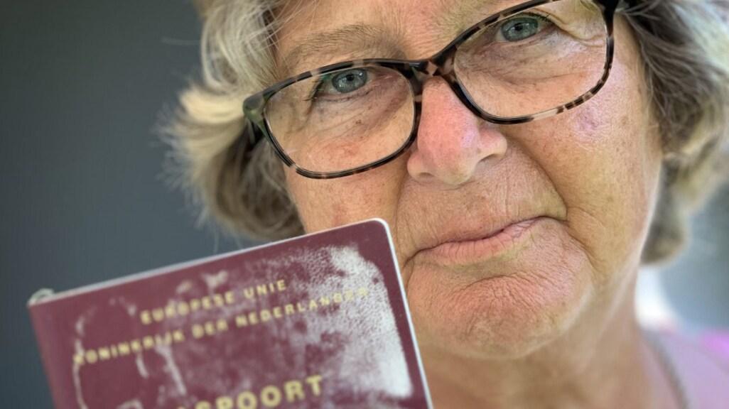 Jeanne Hornikx met het teruggevonden paspoort van haar dochter Astrid.