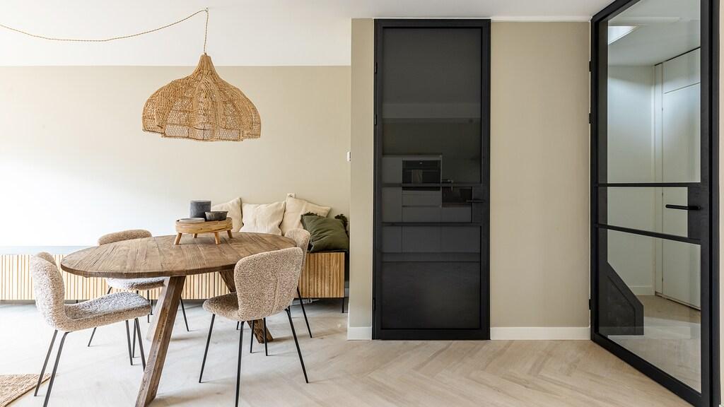 Stalen of aluminium deur met mat glas