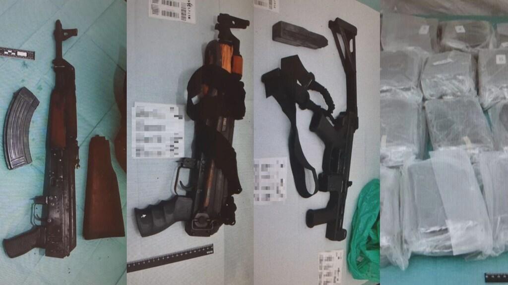 Een deel van de wapens en drugs die werden aangetroffen bij een inval.
