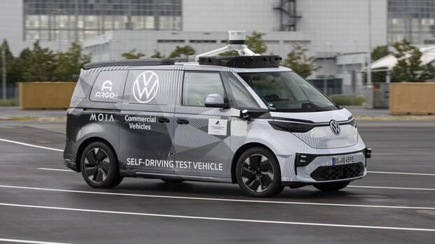 Zelfrijdende busjes Volkswagen gaan de Duitse weg op