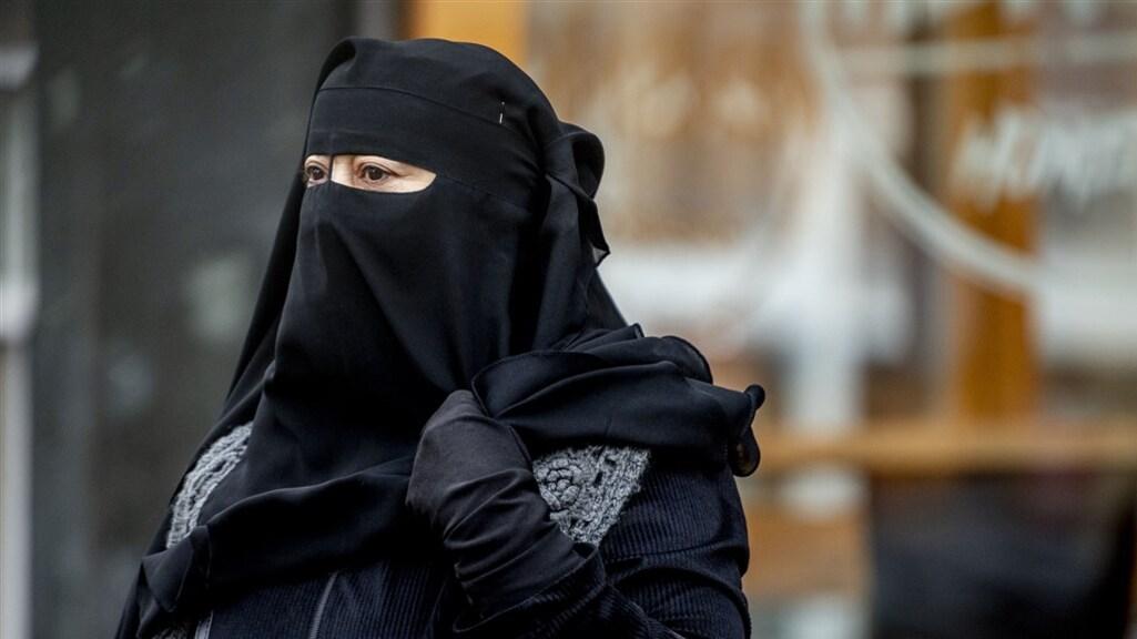In het openbaar vervoer, ziekenhuizen, scholen en overheidsgebouwen is het dragen van een boerka of nikab nu verboden.
