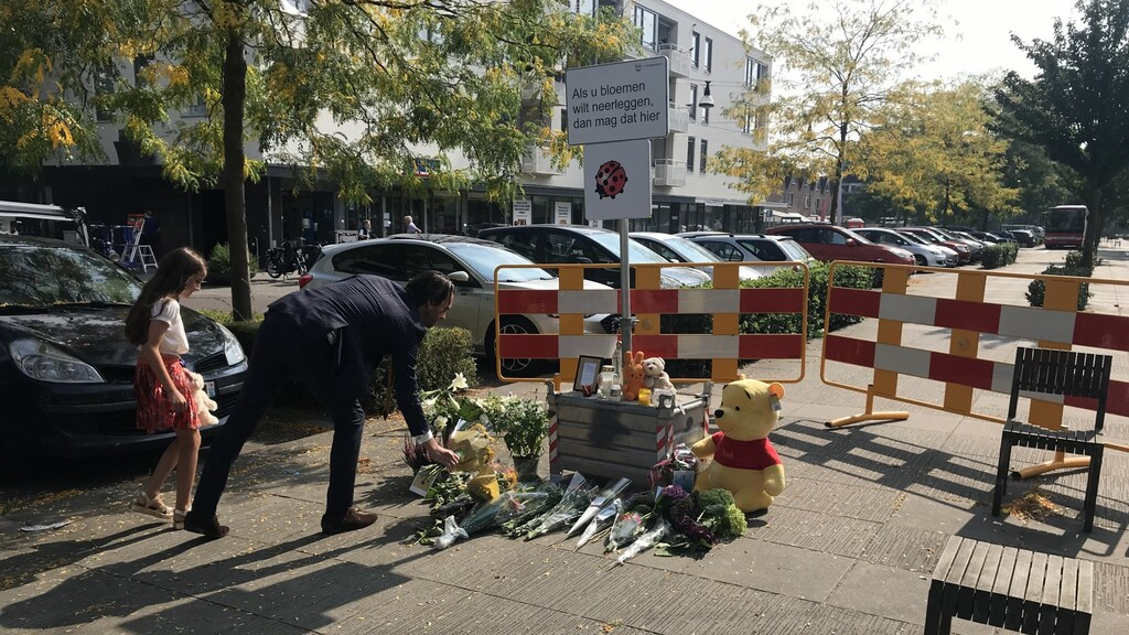 Op de plek waar de vrouw werd doodgestoken, worden vandaag bloemen neergelegd.